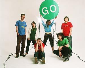 Una foto promocional de The Go! Team